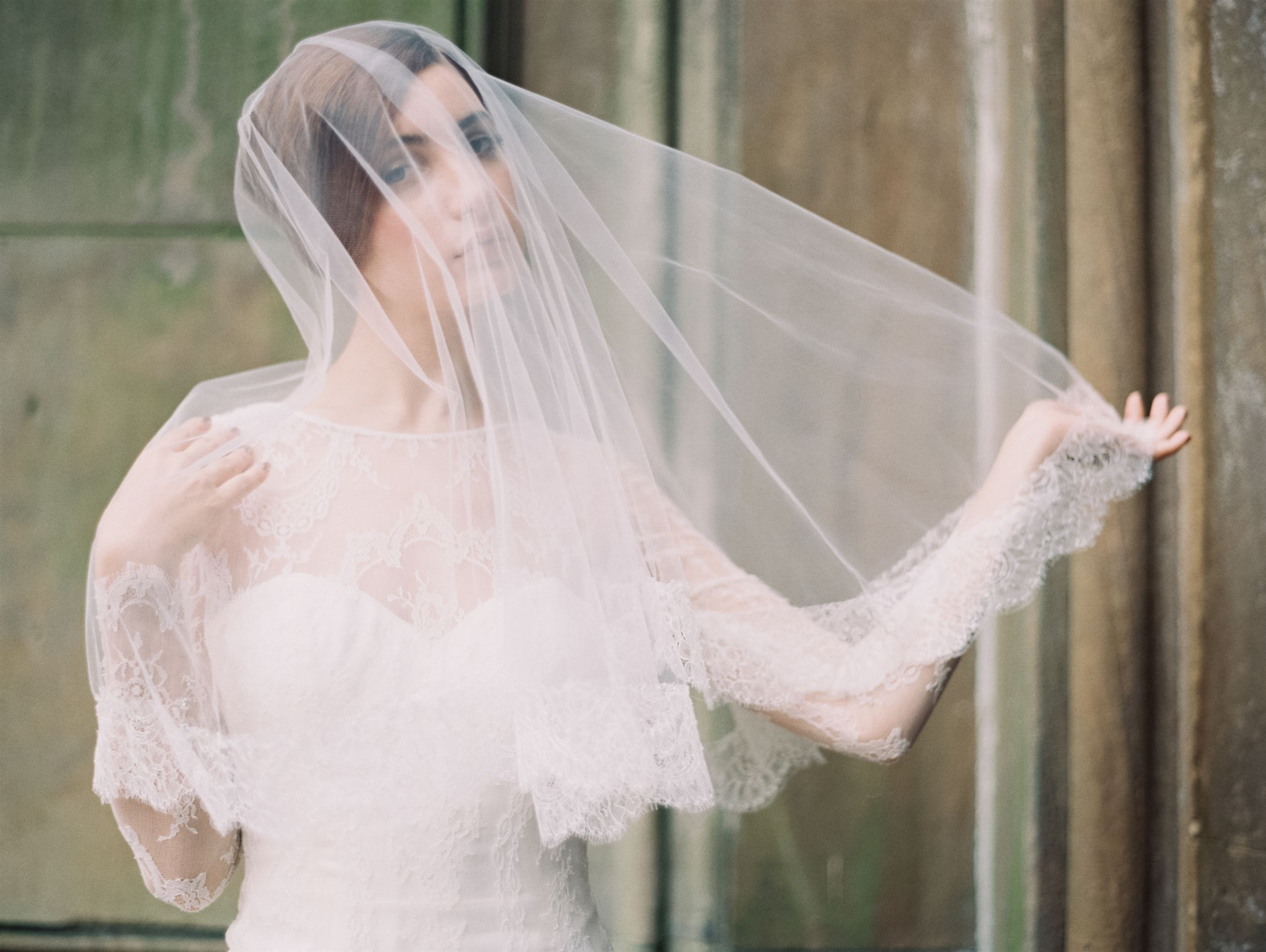 Bride wearing wedding veil. Mobile Image